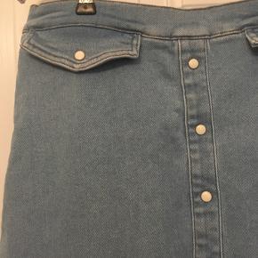 Flot lang nederdel denimnederdel fra Gestuz i forvasket denim med stræk str 42. Længde 82cm. Aldrig brugt stadig med mærke. Nypris 999,- sælges for350kr Kan hentes kbh v eller sendes for 40kr dao