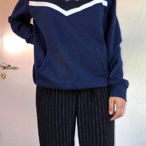 Mørkeblå hættetrøje fra H&M - størrelse S, den er dog lidt oversized.  Ikke brugt særlig meget, og den fejler ikke noget  40 kr + fragt