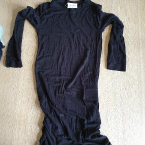 """The New  L/S Lang sort kjole med """"krympe"""" effekt i siderne. 95 % viscose"""
