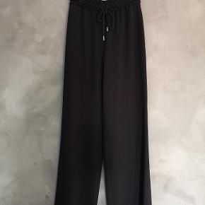 Lækre sorte See By Chloe bukser. Brugt få gange og i perfekt stand.   Str 34 og normale til store i størrelsen. Passer dk str 34 og 36.