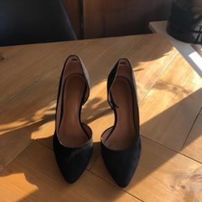 Velholdte ruskinds stiletter fra H&M sælges!   Brugt meget få gange og står derfor som nye.  Behagelige at have på!   Str. 37 (normal i størrelsen) Hæl: 7,5 cm