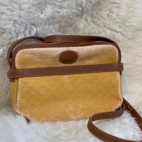 Gul Gucci sidebag  Den flotteste vintage taske, med det smukkeste patina på monogramet, læderet er i perfekt stand  En lomme foran som kan foldes ud, utrolig praktisk  @grauogkragh på