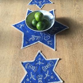 """Tre retro """"julestjerner"""" : en stor og to lidt mindre. Smuk blå farve med hvidt broderi."""
