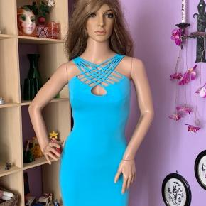 Sød turkis kjole med kryds snore foran.  Brugt få gange.  Str: S   Mærke : Feeling made in france   92% viskose  8% elasthan