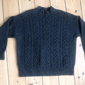 Mango strik / sweater med perler  Passer en str. M/L  Brugt 1 gang.  Fast pris.  Ingen bytte, og jeg sender desværre ikke billeder med tøjet på.  Kan afhentes på Nørrebro eller sendes på købers regning.