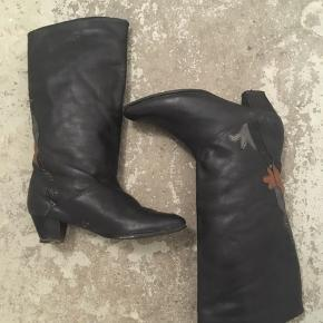Skønne retro støvler med for og ny sål. Højde på skaft: 25 cm, hæl: 5 cm.