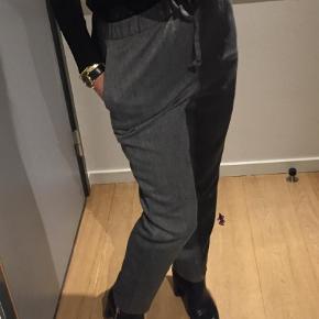 Varetype: Bukser Størrelse: 36 / 38 Farve: Grå Oprindelig købspris: 2200 kr.  Lækre forede bukser i uld med lommer og snøre i livet   Det er str 36 - men jeg er 38 og passer dem også