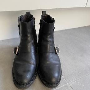 Billi bi støvler som er brugt 3 gange  Man kan se de har været gået med på spidsen men er noget man ikke kan undgå
