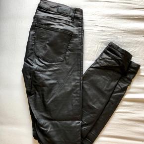 Shiny slim bukser i sort, brugt men i fin stand.