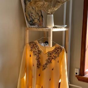 💮 Smuk detaljeret bluse 💮  🌟 Str. M 🌟 Detaljeret med palietter  🌟 Smukke 70'er ærmer   Placering: Aarhus, Trøjborg (Varen kan afhentes på min adresse, hvis ønsket)   Søgeord: Retro, Vintage, 00'er, 90'er, 80'er, 70'er, 60'er, secondhand, genbrug, lopper, lises retro og vintage garderobe