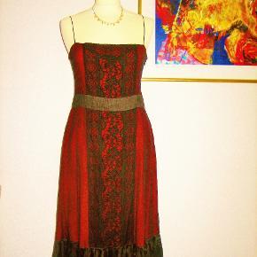 """Zara Woman, 100 % NY:   SILKE og  tyl + blonder Størrelse: M / L  100 % NY og ubrugt: Flot, flot kjole i rød silke fra Zara Woman. Den røde silke er dækket af sort tyl og sorte blonder. """"Bæltet"""" ER SORT selv om farven på billederne er misvisende.  Stoffet består af 68 % silke og 32 % bomuld.  Oprindelig købspris: 1200 kr.   Brystvidde: 49 cm x 2 Længde fra under armhulen og til nederste kant: 86 cm Længde fra øverst på skulderstroppen og til nederste kant: 106 cm.   Ingen byt og prisen er fast."""