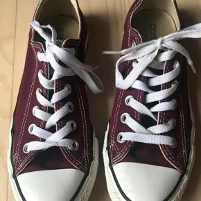 Fede Converse sko. Alm i str, men er bare for smal til min fod. Derfor kun brugt en gang.   Kig gerne mine andre annoncer, giver gode mængderabatter