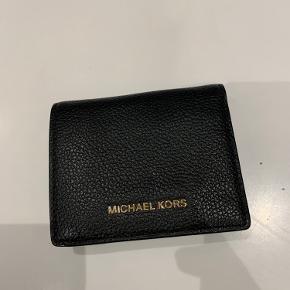Næsten ny Michael Kors pung. Brugt meget få gange. Har ingen spor af brug.  Kan indeholde både kort og sedler (mønter med lidt god vilje).  Nypris er 500 kr.
