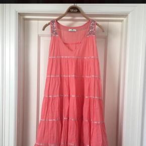 Har 2 tilbage af disse smukke kjoler.  Hvid og koral  299kr pr stk, 500kr hvis begge.  Begge er som nye  Bytter ikke