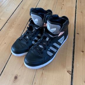 Adidas sneakers i sort str. 40. Brugt en gang.  FAST PRIS: 300 kr. + porto