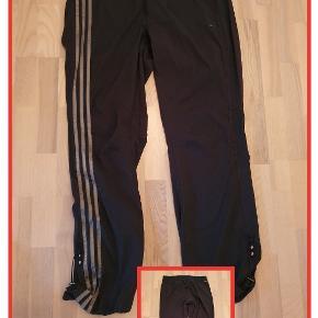 Adidas træningsbukser str. 42 Climacool Brugt få gange, men snoren mangler i livet Livvidde 94 cm Indv. Benlængde 81 cm Pris 80,- pp