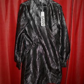 Flotteste kjole fra Ganni. Der står den passer en 44 i prismærket, men vil sige den passer en 40/42/M.