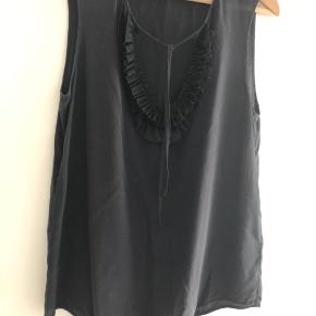 Day silke top. Farven er sort.