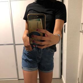 Fede mom shorts fra Vero Moda Str: small Prisen er ikke fast, så byd endelig :)