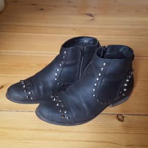 Ægte lædder støvler med nitter. Hælen trænger til en udskiftning men dette kan gøres for små penge. Nyprisen var 1200 kr men sælges billigt pga hælene.