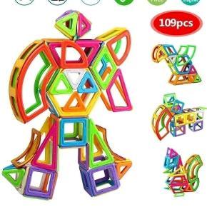 Helt nyt legetøj, et kæmpestort sæt med 109 magnetbrikker i en fin gaveæske:  26 trekanter  27 firkanter  4 skrå firkanter (romber) 4 lange trekanter  4 trapezer 2 femkanter 2 sekskanter 1 lang tredelt firkant 4 sektorer 5 buer (2 små, 3 store) 26 billedbrikker (uden magneter) 2 sæt hjul (4 hjul i alt) 1 ark med bogstaver (klistermærker) 1 roteringsplatform (til pariserhjul)  Magnetlegetøjet kan bruges sammen med Magformers, Magsmarters, Magplayer samt andre magnetiske byggeklodser af samme størrelse.   Legetøjet er købt i Europa og er CE-godkendt, således at det er i overensstemmelse med de gældende lovkrav.  Prisen er fast, og bud under den besvares ikke.