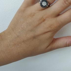 Jeg mistede den ene ørering og istedet for at smide den anden ud, lavede jeg den til en fingerring istedet. Du finder derfor ikke andre som denne 😄  Justerbar ring. Lavet af Michael Kors ørering.