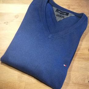 Meget lækker sweater fra Tommy Hilfiger. Den iblandede cashmere uld gør den vildt behagelig  Se også alle mine andre annoncer med mærkevarer af høj kvalitet og stand til vanvittigt lave priser.