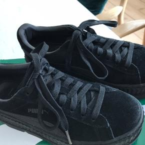 Kom med et bud! Næsten helt nye Puma sneakers plateau sælges. Sort ruskind. Rigtig behagelige at have på. Original æske kan følge med. Flere billeder kan sendes.