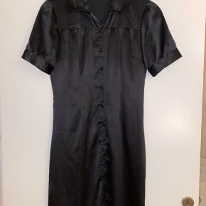 Fin satin skjorte kjole fra Vero Moda, går til lige over knæet :)
