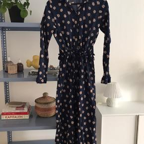 Maxi kjole fra Birgitte Herskind. Kan bindes ind i taljen, og passes både af 34 og 36. Brugt 2 gange.