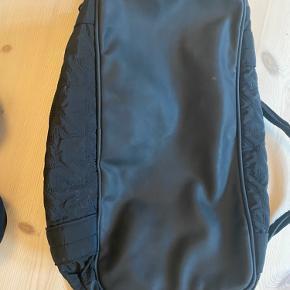 Sælger denne fine Adidas By Stella McCartney taske.  Har lidt pletter inden i og i bunden. Se billeder.   Cirka mål: Højde - 35 cm Bredde - 20 cm Længde - 46 cm  Bytter ikke. Køber betaler fragt. Prisen er fast.