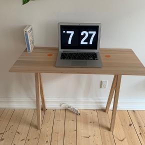Flot Nomess 2 dots skrive/konsolbord fra Nomess Copenhagen i ask med fine orange detaljer.  Bredde: 90 Dybde: 40 Højde: 73  Oprindelig pris 2495,-  Skal afhentes i Århus C