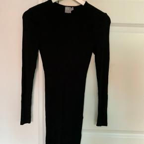 Sort klassisk stram kjole i strækbart materiale og kan derfor også passes af en str medium