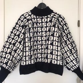 Tyk sweater fra h&m med store ærmer. Sweateren er hvid og meget mørkeblå (næsten sort)