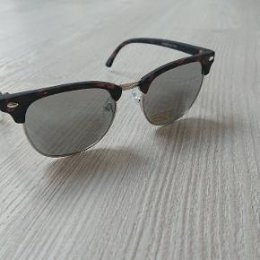 Solbriller fra Petit by Sofie Schnoor. Aldrig brugt da størrelsen var forkert. Mærket sidder stadig på. Jeg vil gætte på, de passer en ung teenager.