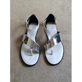 Sandaler i sølv og hvidt i str. 36 - aldrig brugte. Jeg handler kun via mobilepay