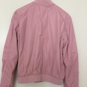 Super fin jakke i den lækreste kvalitet. Rigtig fin stand - kun brugt nogle få gange og aldrig vasket. Købt i Berlin - limited edition. Kommer fra et dyre- og røgfrit hjem. Køber betaler forsendelsen. 😊