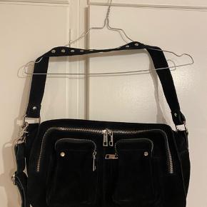 Tasken er næsten aldrig brugt, og har ikke nogen skader.