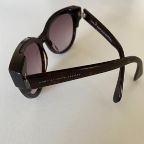 Solbriller med cat eye look. De er brugt, men fremstår uden ridser og i rigtig pæn stand. Dog er solbrillehylstret lidt slidt :-) De er købt i lufthavnen men har ikke kvitteringen mere