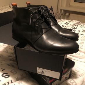 Næsten nye støvler, der kun er brugt én gang. Sælges da de er for små i størrelsen. Normalpris: 1200kr. Salgspris: 400kr.
