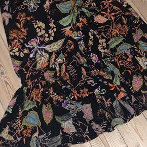 H&M nederdel med flotte detaljer Str M Nypris: 349,-