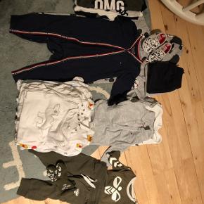 Mærker: Tommy Hilfiger, Hummel (sæt med bukser, body og strømper) name it, H&M og friends. 2 heldragter (1 fra Hilfiger) 6 langærmede bodyer (1 fra Hilfiger) 3 bodyer m. Korte ærmer, 5 natdragter 3 par bukser, 1 par Mickey Mouse sko, 3 sweatere og 1 cardigan.  Værdi fra nypris: ca. 1800 kr