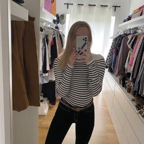 Hvid og sort stribet sweater fra Gina Tricot.  Brugt et par gange   Tjek mine andre annoncer ud☺️ Jeg sælger en masse forskelligt tøj, sko og tasker.  Der gives mængderabat🌸