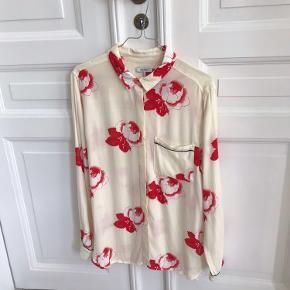 Ganni skjorte med rød blomst  100% viscose