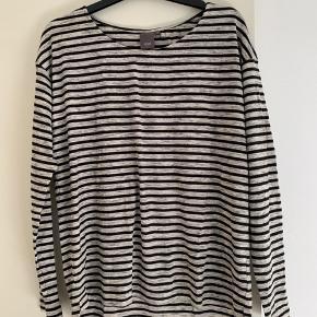 Lækker enkel stribet grå og sort bluse
