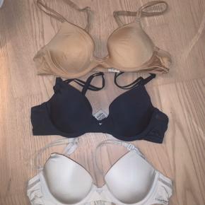 Sælger disse tre fine bh'er fra Calvin Klein, i sort, hvid og nude. De er en størrelse a75:)  Byd meget gerne😊