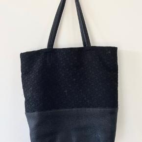 Beautiful DKNY Town & Country large tote in black. Leather details and the signature DKNY print, very sturdy and fits a lot. There are two zipper pockets on each side on the inside and 2 small pockets for keys and such. The bag is in great condition, no holes or visible wear and tear.