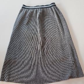 Sølvnederdel med små plisseringer og elastik i taljen. Str. 158/164. Næsten som ny. Brugt én gang. Nypris 400 kr. Længde ca 65 cm. Talje ca 30 cm x 2.