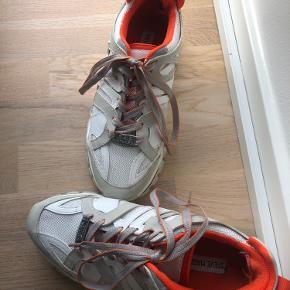 Sælger mine Steve Madden chunky sneakers, med orange detaljer. De er desværre gået lidt op i hælen (kan syes hvis man synes) og kan på ingen måde ses, når man har dem på.  Ellers er de i super god stand.