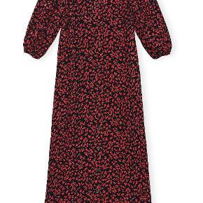 Maxikjole, Ganni, str. M, sort / rød, Helt ny kjole, aldrig brugt - er i butikkerne nu. købt for 1400,-kr, og har kvittering - købt sidst i juli måned. Modellen kan ses på; https://www.anthon.dk/shop/printed-crepe-f4908-88118p.html?gclid=EAIaIQobChMI9s_uvNWb6wIVzeeyCh2rBQPeEAQYASABEgLwVvD_BwE Det er en str. 40.
